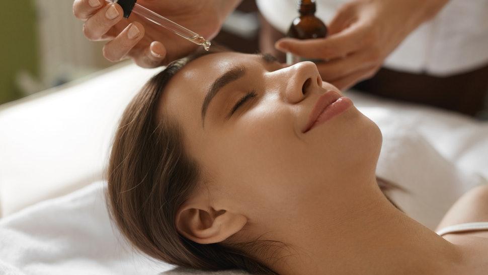 Uleiul de cătină, tratamentul la sticluță care îți face o piele frumoasă tot anul